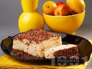 Рецепта Лесна бисквитена торта с желиран крем пудинг праскова, поръсена с настърган шоколад във форма за кекс